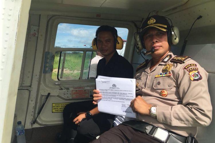 Kabid Humas Polda Papua Kombes Ahmad Mustofa Kamal bersama anggotanya menyebarkan maklumat yang dikeluarkan oleh Kapolda Papua menggunakan helikopter.