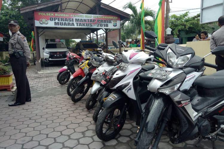 Delapan unit sepeda motor yang diamankan Polsek Rumbai Pesisir dari lima pelaku komplotan curanmor di Pekanbaru, Riau, Jumat (21/9/2018). Kendaraan ini dicuri para pelaku di parkiran masjid lalu dijual melalui online.
