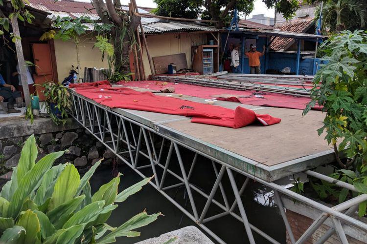 Sebuah panggung yang dibangun warga kapuk yang dibangun warga Kapuk, Cengkareng, Jakarta Barat di atas saluran air