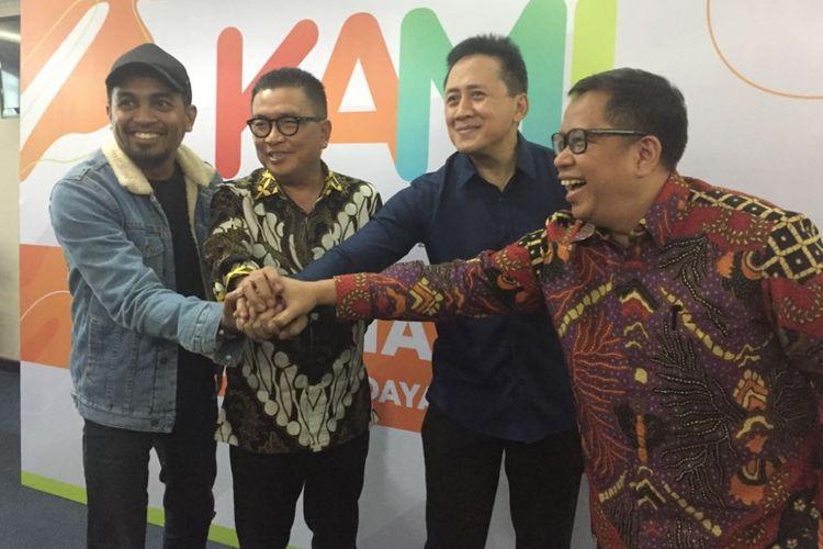 Ketua Komite KAMI Glenn Fredly, Kepada Bekref Triawan Munaf, dan Direktur Utama TRI Helmy Yahya dalam jumpa pers di Gedung TVRI, Senayan, Jakarta Pusat, Rabu (14/2/2018).