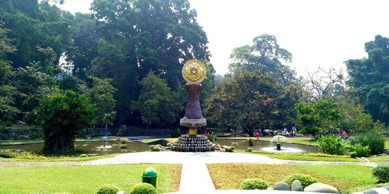 Sebuah tugu peringatan 200 tahun berdirinya Kebun Raya Bogor, yang diresmikan tepat pada ulang tahunnya yang ke dua abad, Kamis (18/5/2017).