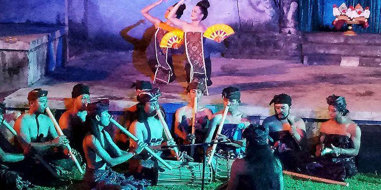 Tari Legong Lasem dimainkan dengan gaya bedulu di Bentara Budaya Bali, Minggu (23/4/2017). Legong klasik ini telah mencapai generasi kelima di Desa Bedulu, Gianyar, Bali. Saat pementasan, penari mengenakan pakaian warisan dari penari Legong Lasem generasi pertama.
