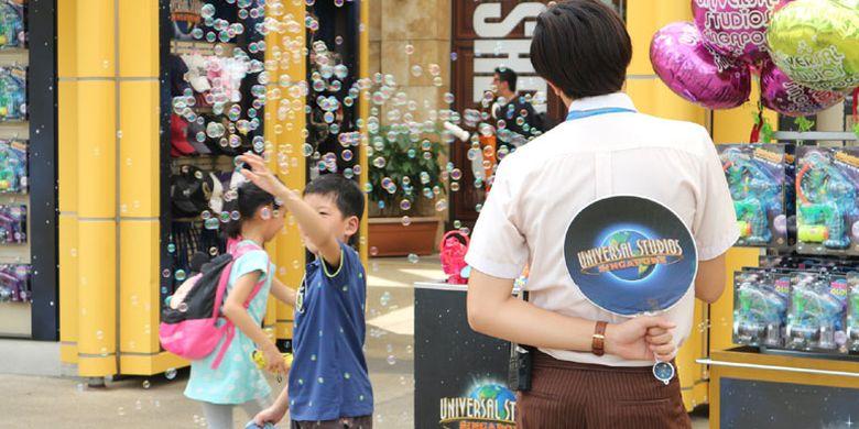 Anak-anak bermain di Universal Studios Singapore, Rabu (8/2/2017). Tempat wisata yang berada di Pulau Sentosa ini bisa dibilang wajib dikunjungi wisatawan saat melancong ke Singapura termasuk wisatawan Indonesia.