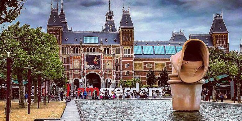 Huruf raksasa I Amsterdam terletak di Hobbemastraat 19. Ikon kota ini kerap menjadi serbuan wisatawan di Belanda untuk berfoto dan sempat menjadi tren topik di media sosial.