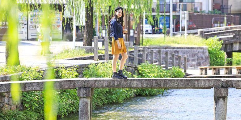 Di Kyoto, Jepang, Anda bisa menyeruput kopi dengan aroma teh yang lembut sambil menikmati pemandangan Sungai Shirakawa dan pohon Oak yang bergoyang diterpa angin.