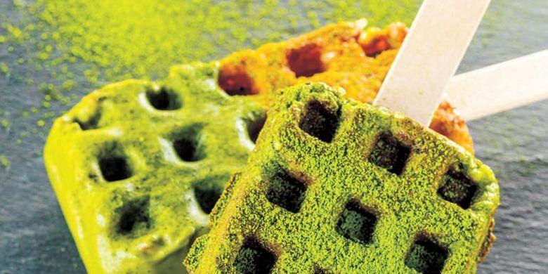 Kyocafe Chacha menyediakan berbagai dessert dan minuman dengan rasa matcha yang kuat. Waffle stick ini dijual dengan harga 380 Yen per buah.