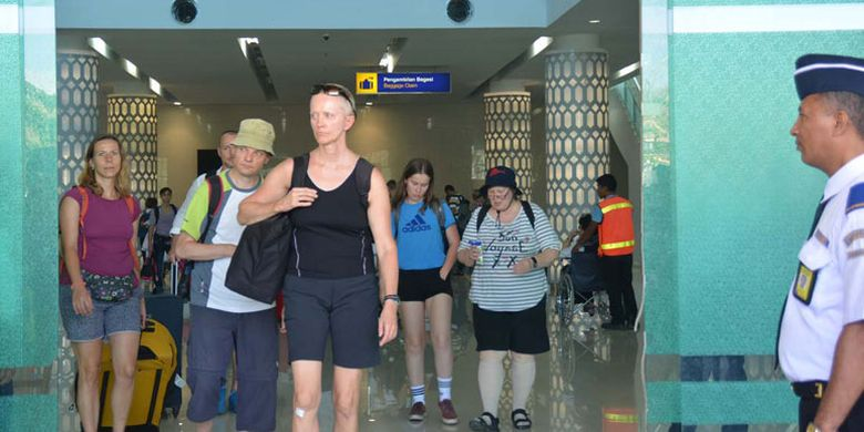 Turis tiba di Bandara Komodo, Labuan Bajo, Manggarai Barat, Flores, Nusa Tenggara Timur, Selasa (24/10/2017).
