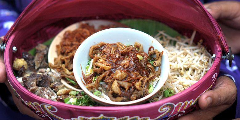 Bahan-bahan soto tauco sebelum dimasukkan mangkok dan diguyur kuah kaldu.