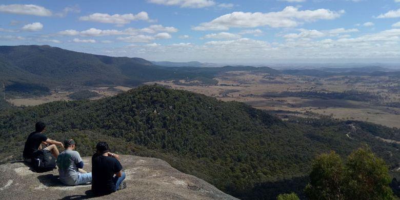 Menikmati pemandangan dari Gibraltar Peak di Tidbinbilla, Canberra, Australia.