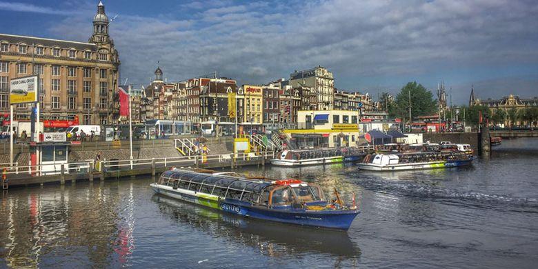 Kanal di Amsterdam, Belanda. Dalam upaya untuk merebut kembali posisi tujuan wisata utama, kampanye I Amsterdam diperkenalkan sebagai slogan baru pada tahun 2004.