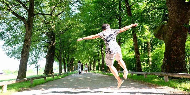 Foto melompat ala Maria di jalanan kecil memasuki Hellbrunner Palace di Salzburg, Austria. Salzburg memang terkenal sebagai salah satu tujuan wisata populer di Austria.