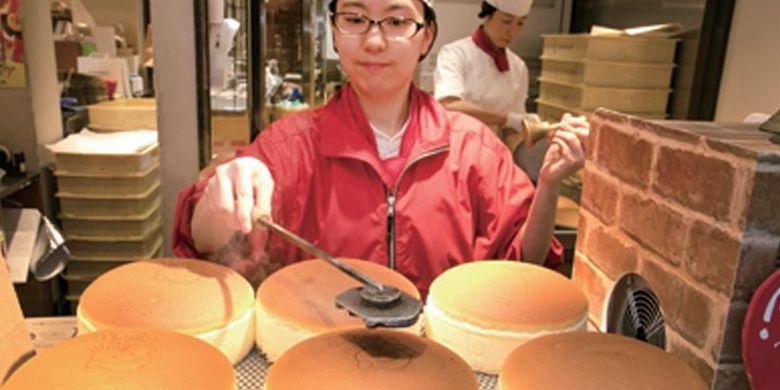 Setelah cheesecake diangkat, tidak lupa cap berlambang Rikuro Ojisan dibubuhkan pada setiap kue di depan para pelanggan sambil membunyikan lonceng. Cheesecake berdiameter 18 cm ini dihargai 685 Yen per porsi. Kue ini merupakan dessert khas Osaka yang sangat populer.