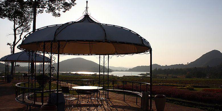 Silver Lake Winery di sebelah timur kota Pattaya, Thailand, ini menghadirkan suasana tenang dengan pemandangan kilang anggur yang indah.
