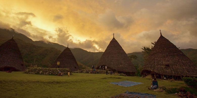 Desa Adat Wae Rebo di Kabupaten Manggarai, Pulau Flores, Nusa Tenggara Timur. Untuk mencapai desa itu tidak mudah, wisatawan harus mendaki sejauh 7 km selama kurang lebih 4 jam.