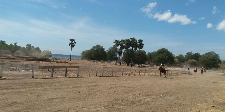 Lomba pacuan kuda di Pantai Tanjung Bastian, Kelurahan Humusu C, Kecamatan Insana Utara, Kabupaten Timor Tengah Utara (TTU), Nusa Tenggara Timur (NTT) berlangsung sejak Rabu (2/8/2017) dan ditutup Minggu (6/8/2017).