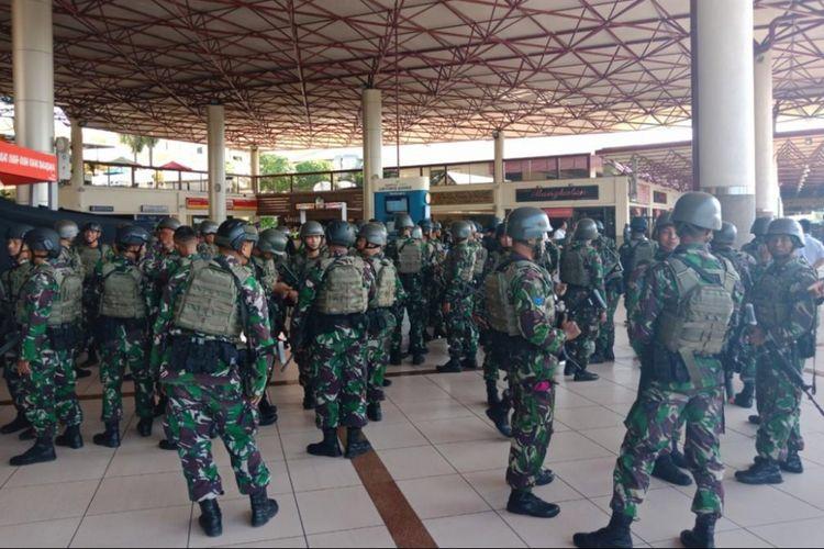 Pasukan TNI AL disiagakan untuk pengamanan di Bandara Juanda, Surabaya, Senin (14/5/2018) pasca ledakan bom bunuh diri terjadi di sejumlah titik di kota itu.