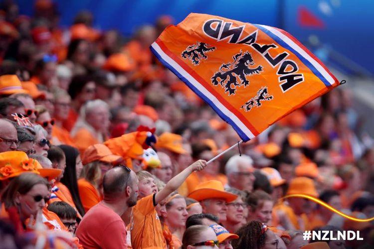 Para suporter Timnas Putri Belanda mengibarkan bendera saat mendukung tim mereka pada laga Piala Dunia Wanita 2019 kontra Selandia Baru di Stade Oceane, Le Havre, Selasa (11/6/2019).