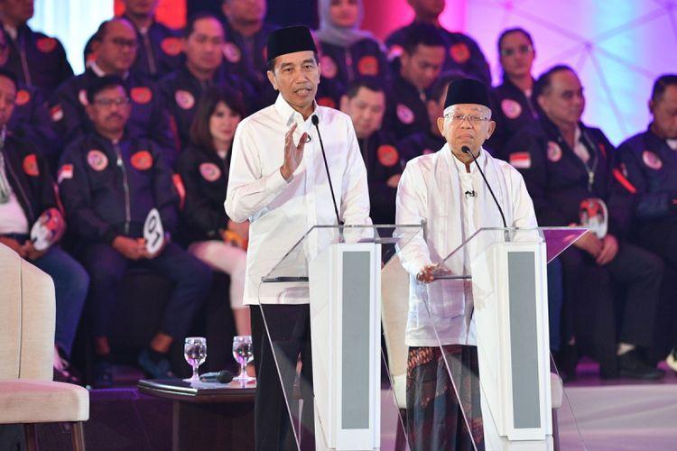 Pasangan capres-cawapres nomor urut 01 Joko Widodo (kiri) dan Maruf Amin mengikuti debat pertama Pilpres 2019, di Hotel Bidakara, Jakarta, Kamis (17/1/2019). Debat tersebut mengangkat tema Hukum, HAM, Korupsi, dan Terorisme.
