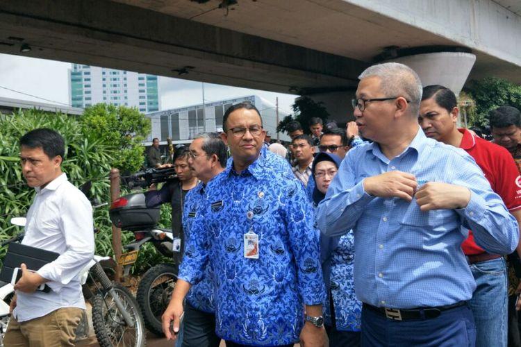 Gubernur DKI Jakarta Anies Baswedan dan Dirut Transjakarta Budi Kaliwono berjalan di kawasan Tanah Abang, Jumat (22/12/2017).