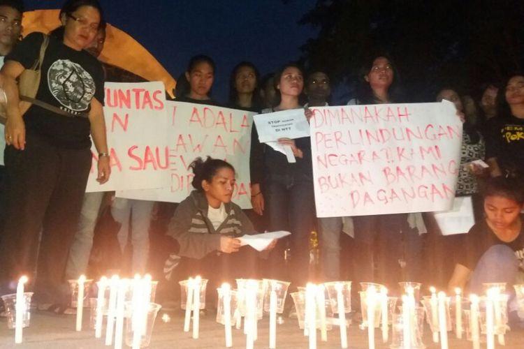 Warga Kota Kupang, Nusa Tenggara Timur (NTT) gelar aksi 1.000 lilin di depan Kantor Gubernur NTT, Senin (19/2/2018).