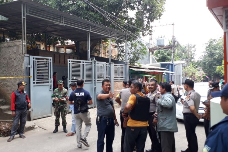Polisi masih berada di rumah Mardani Ali Sera yang di lempar bom molotov, Jalan KH Ahmad Madani No 199D, Pondok Gede, Bekasi, kamis (19/07/2018).