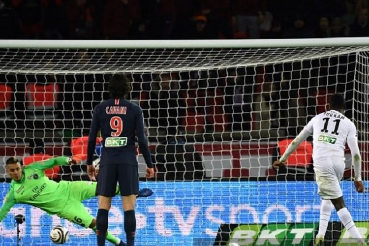 Penyerang Guingamp, Marcus Thuram (kanan), mencetak gol via tendangan penalti setelah menaklukkan kiper Paris Saint-Germain, Alphonse Areola (kiri), dalam pertandingan perempat final Piala Liga Perancis antara Paris Saint-Germain (PSG) dan Guingamp (EAG) pada 9 Januari 2019.