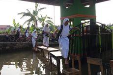 Sekolah Terendam Banjir, Siswa SD Digendong Masuk Kelas Untuk USBN