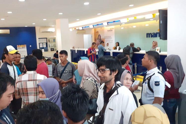 Nasabah Bank Mandiri Banjarmasin mendatangi kantor Bank Mandiri Banjarmasin, Sabtu (20/7/2019).