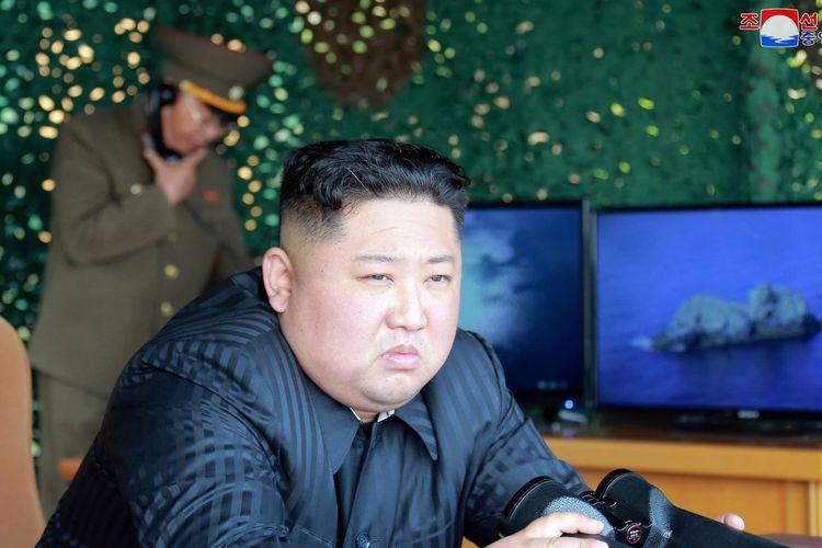 Pemimpin Korea Utara (Korut) Kim Jong Un ketika menyaksikan uji coba rudal terbaru yang berlangsung pada Sabtu pekan lalu (4/5/2019).