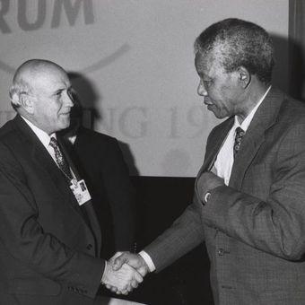 Presiden Afsel FW de Klerk bersalaman dengan pemimpin anti-apartheid Nelson Mandela di World Economic Forum pada 1992.