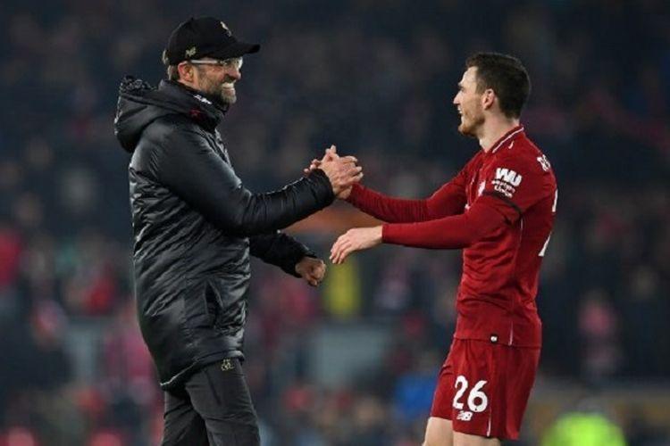 Juergen Klopp menyalami Andy Robertson seusai laga Liverpool vs Crystal Palace di Stadion Anfield dalam lanjutan Liga Inggris, 19 Januari 2019.