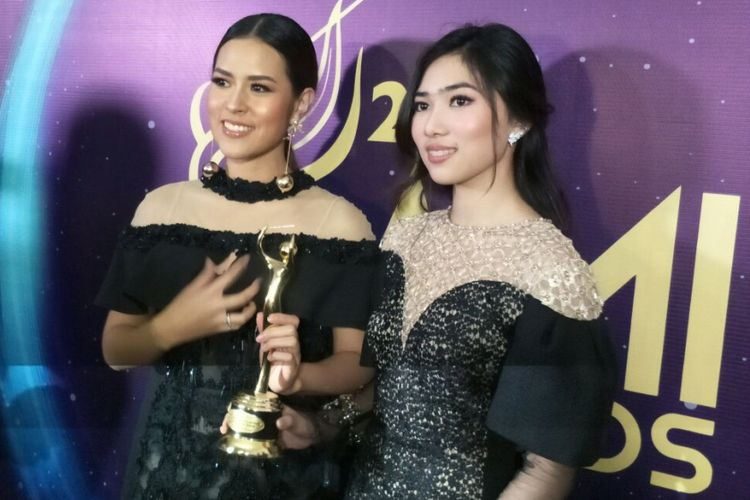 Raisa Andriana dan Isyana Sarasvati meraih penghargaan dalam Anugerah Musik Indonesia (AMI) Awards 2017 di Teater Garuda, TMII, Jakarta Timur, Kamis (16/11/2017) malam.