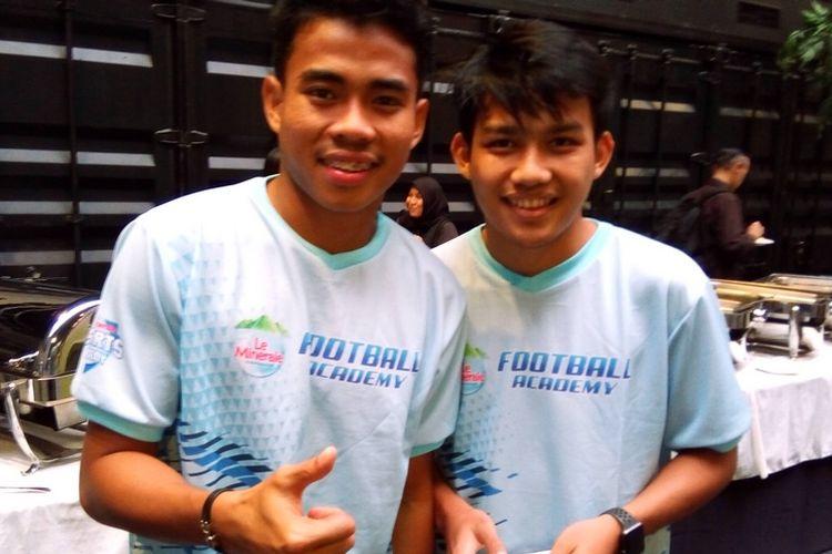 Kapten timnas sepak bola U-19 Indonesia Nurhidayat Haji Haris (kiri) dan penggawa timnas sepak bola U-19 Indonesia Witan Sulaeman (kanan) berpose pada kampanye Le Minerale Sports Academy di Jakarta, Selasa (6/11/2018).