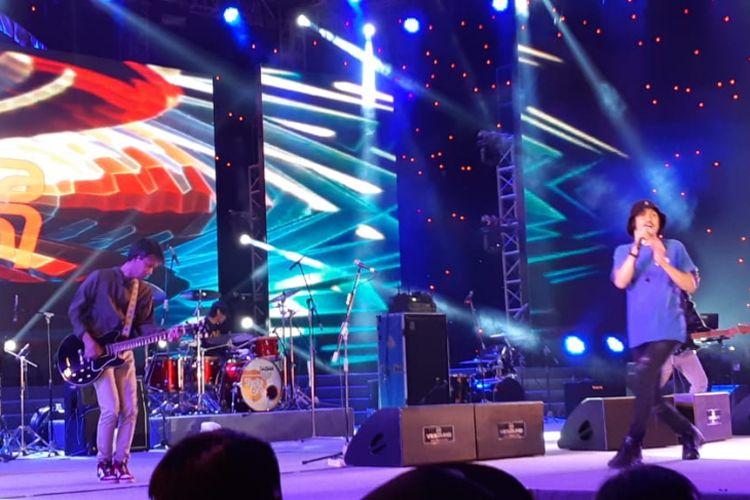 Grup band Sheila on 7 tampil di panggung utama Jakarta Fair Kemayoran, Jakarta Pusat, Minggu (27/5/2018) malam.