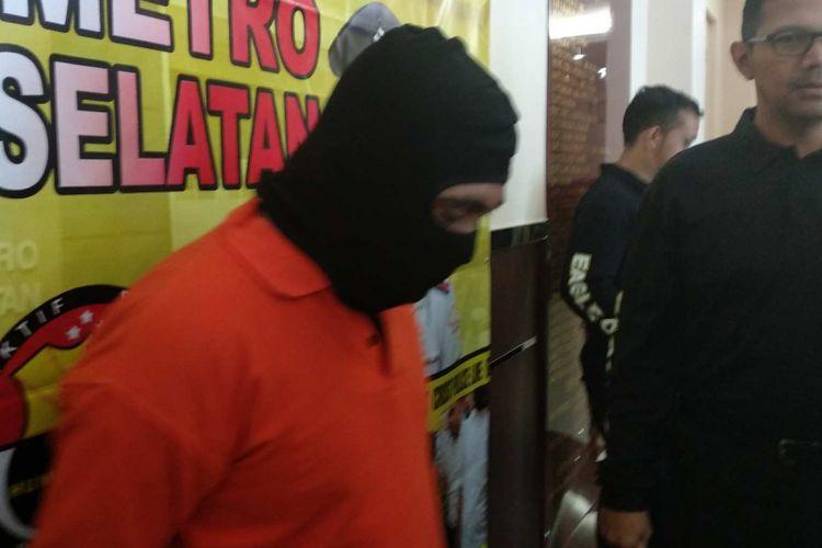 AW (40), tersangka pencabulan anak di Lenteng Agung diamankan di Mapolrestro Jakarta Selatan, Rabu (13/12/2017).