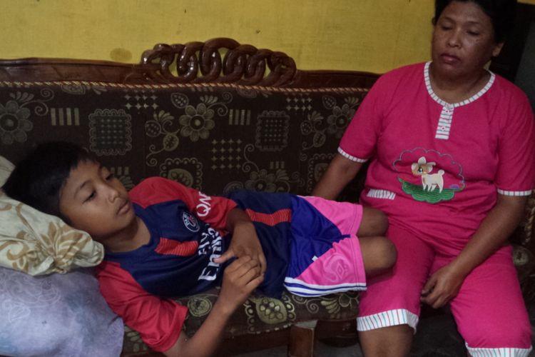 Irfan Ardiansyah, terbaring ditemani neneknya, salah satu siswa SDN Losari 2 Ploso, Kabupaten Jombang, mengalami keracunan setelah mengkonsumsi minuman dalam kemasan plastik pemberian orang asing di sekolahnya, Selasa (6/11/2018).