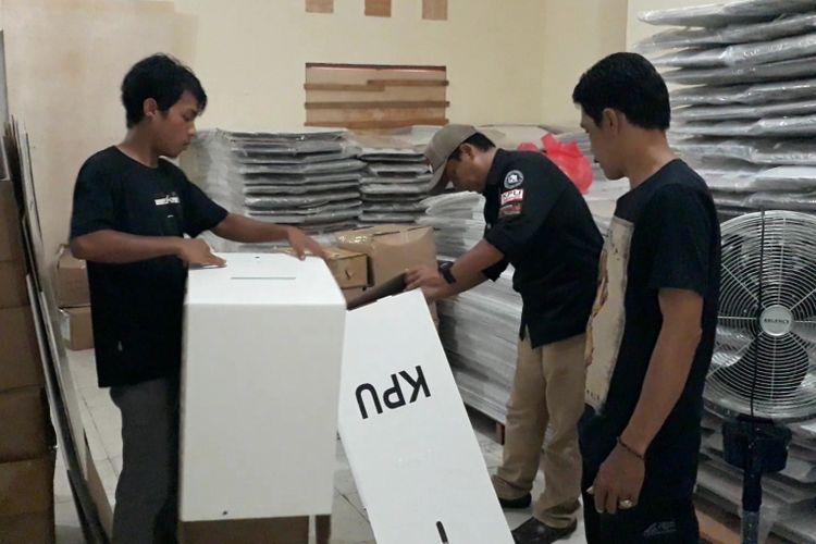Komisi Pemilihan Umum kota Palopo, mulai merakit logistik pemilu 2019 berupa kotak suara dan bilik suara, Jumat (08/02/2019)