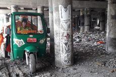 Sulitnya Membersihkan Sampah di Kolong Tol di Papanggo
