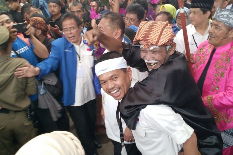 Pasangan 2 DM ( Deddy Mizwar-Dedi Mulyadi)  mendaftar sebagai calon gubernur dan wakil gubernur dalam ajang Pilkada Jawa Barat 2018 ke Komisi Pemilihan Umum Daerah (KPUD) Jawa Barat, Jalan Garut, Kota bandung, Selasa (10/1/2018).