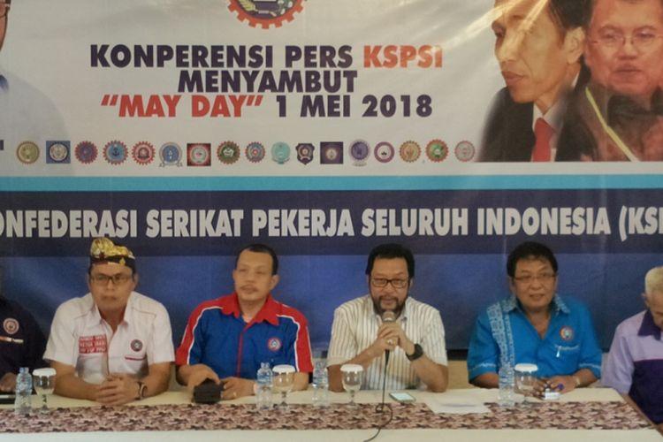 Ketua Umum Konfederasi Serikat Pekerja Seluruh Indonesia (KSPSI) Yorrys Raweyai saat menggelar konferensi pers di kawasan Senayan, Jakarta, Senin (30/4/2018).