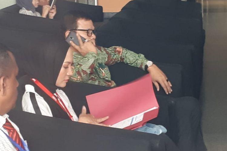 Model Fenny Steffy Burase mendatangi Gedung Komisi Pemberantasan Korupsi (KPK) Rabu (1/8/2018). (Reza Jurnaliston)