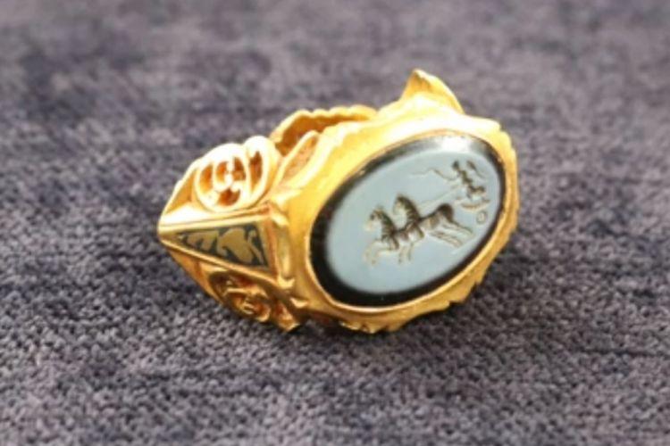 Cincin emas Romawi yang ditemukan sejarawan amatir