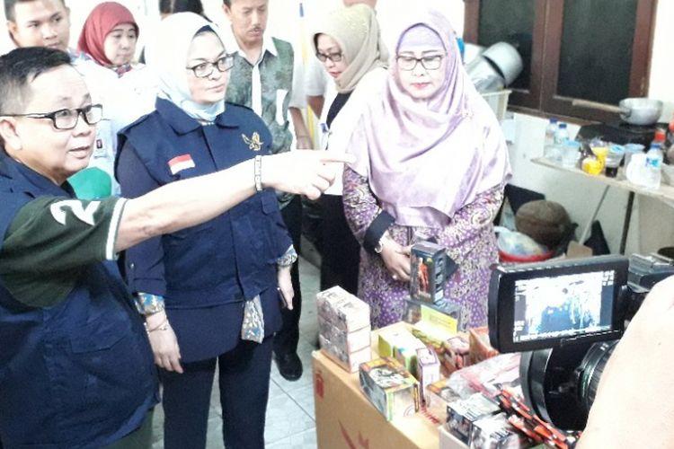 Kepala BPOM RI Penny K Lukito saat mengunjungi rumah tinggal yang difungsikan sebagai gudang penyimpanan obat tradisional ilegal di Sukapura, Jakarta Utara, Jumat (21/9/2018).
