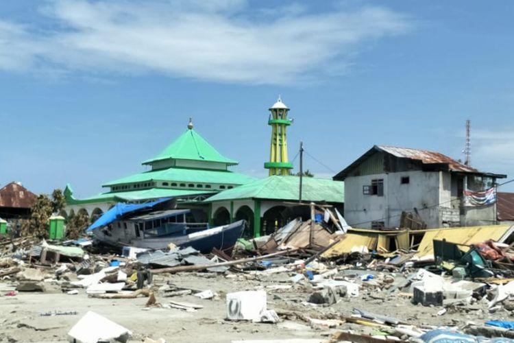 Dampak kerusakan akibat gempa Donggala dan tsunami Palu, Sulawesi Tengah, pada Jumat (28/9/2018), di Pelabuhan Wani 2, Kecamatan Tanatopea, Kabupaten Donggala, Sulawesi Tengah, Selasa (2/10/2018). Kapal Sabuk Nusantara 39 sampai terdampar ke daratan.