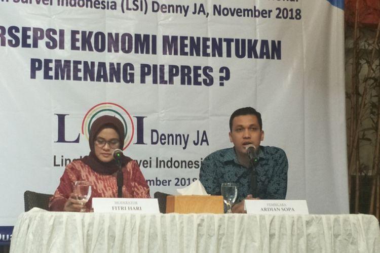 Peneliti LSI Denny JA, Ardian Sopa, saat memaparkan hasil survei bertajuk Kondisi Ekonomi Tentukan Pemenang Pilpres? di kantor LSI, Jakarta Timur, Selasa (27/11/2018).