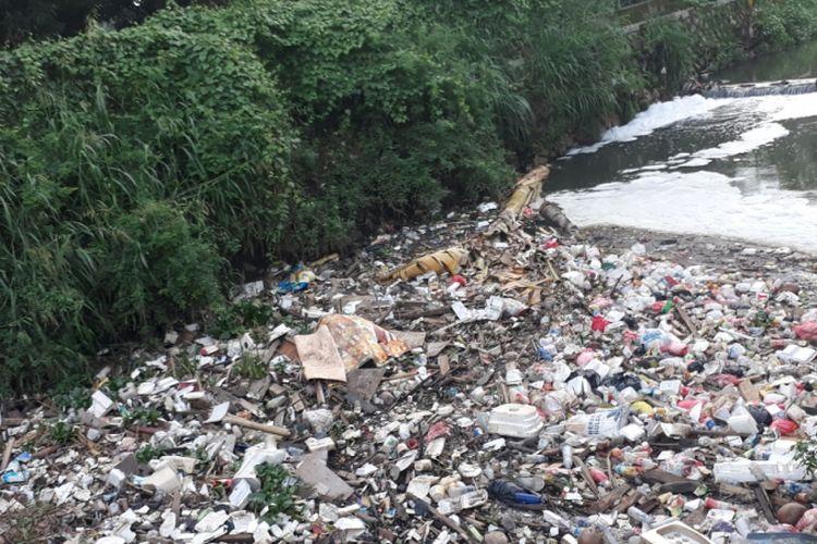Tampak Kali di Jalan Unisma, Margahayu, Kecamatan Bekasi Timur, Kota Bekasi dipenuhi sampah, Rabu (5/12/2018).