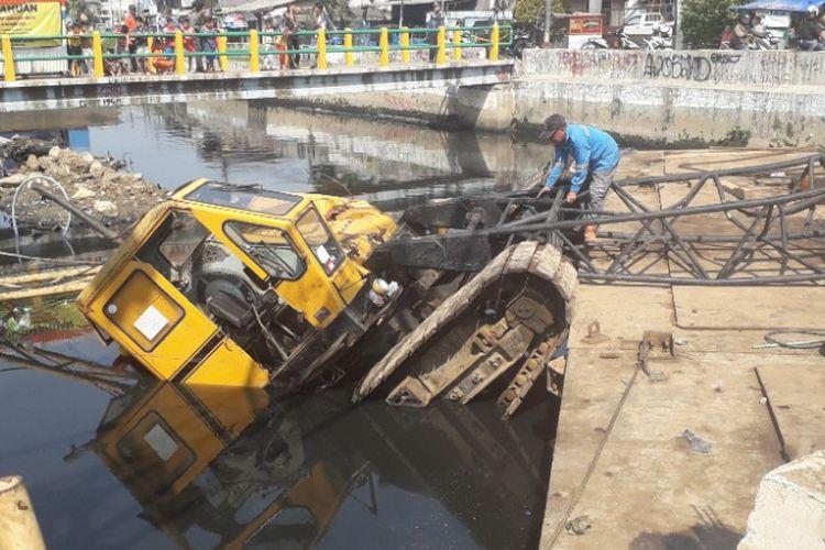 Crane proyek turap sheetpile Kali Sentiong ambruk di Kelurahan Kebon Kosong, Kemayoran, Kamis (6/12/2018).