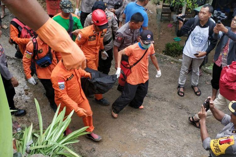 Banjir dan tanah longsor melanda wilayah Kecamatan Kebonagung, Kabupaten Pacitan, Jawa Timur, Jumat (7/12/2018) sekitar pukul 20.30 WIB. Akibatnya, 4 orang tewas dan 236 orang mengungsi.