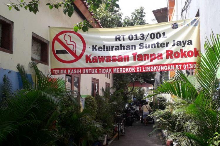 Suasana di kawasan permukiman RT 013 RW 01 Sunter Jaya, Jakarta Utara, yang menerapkan aturan bebas asap rokok, Senin (11/2/2019).