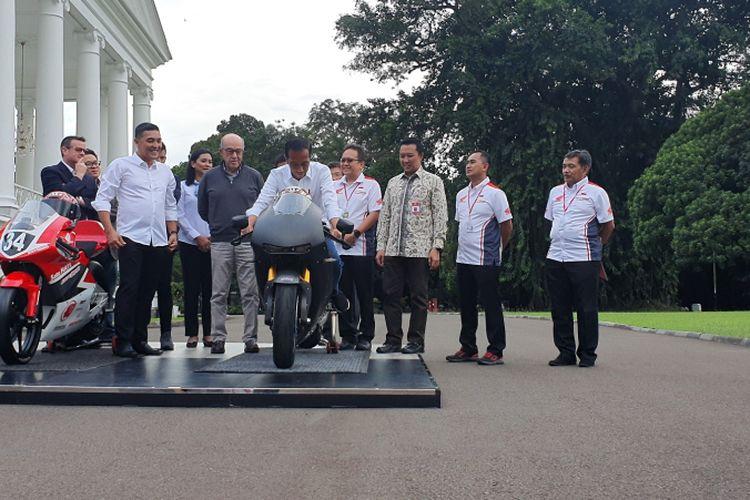 Presiden Joko Widodo menjajal motor balap berkapasitas mesin 1000 CC. Hal itu terjadi usai Jokowi bertemu dengan Carmelo Ezpeleta, CEO Dorna, pemegang lisensi MotoGP, di Istana Bogor, Senin (11/3/2019).